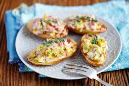 Oven-baked potatoes with leek, ham, cream and horseradish