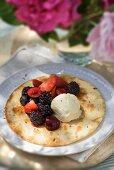 Pfannkuchen mit Beeren und Vanilleeis
