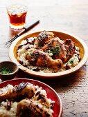 Jerk Chicken vom Grill mit Bohnenreis (würziges Huhn, Jamaica)
