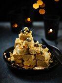 Burfi (Indisches Vanillekonfekt) mit goldenen Heidelbeeren