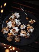Laddu (Indisches Gebäck) mit Feigen, Kokos und goldenen Mandeln
