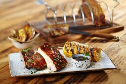 Spare ribs with a Texas marinade, potato wedges and grilled corn