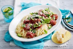 Hackbällchen mit Chia und Brokkoli-Tomatensauce auf Spaghetti