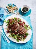 Steakstreifen auf Quinoasalat mit Kirschen
