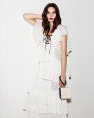 Frau in weißem Volantkleid