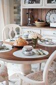 Kurnik (Hähnchenpie mit Pilzen, Kasha und Ei, Russland) auf gedecktem Tisch