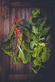 Mangold, Grünkohl und Brokkoliblätter