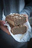 Hände halten glutenfreies Brot