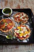 Glutenfreie Pizza mit Tomaten und Käse