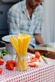 Spaghetti und Tomaten auf Tisch