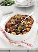 Rinderragout mit Kartoffeln, Karotten und Zwiebeln aus dem Ofen