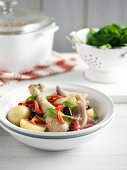 Hähnchentopf mit Kartoffeln, Zwiebeln, Paprika und Oliven