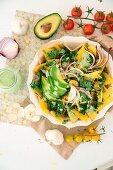 Nachos mit Grünkohl, Avocado und veganer Koriander-Sour Creme