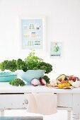 Frisches Gemüse auf Küchentisch