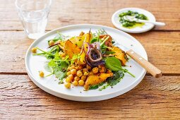 Oven-roasted vegan vegetables with pears, chickpeas and fresh spinach