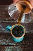 Filterkaffee wird in Tasse gegossen