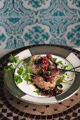Grillhähnchen mit schwarzen Johannisbeeren, Granatapfel und grünem Pfeffer (Marokko)