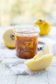 Quittenstückchen, in Honig eingelegt