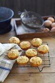 Frisch gebackene Käse-Paprika-Muffins