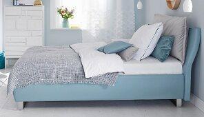 Boxspringbett im Schlafzimmer in Blautönen
