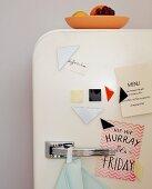 Kühlschranktür mit selbst gemachten Magneten im Tangram-Stil