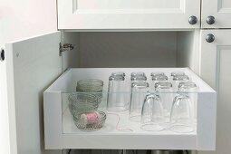Offener Küchenschrank mit Schublade und Gläser