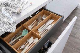 Offene Schublade mit Holz Besteckeinsatz