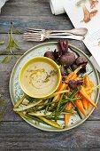 Bohnen, Karotten und Rote-Bete mit Dip (Aufsicht)