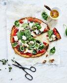 Blumenkohl-Pizza mit Ziegenkäse und Spinat, angeschnitten