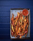 Sweet potato chips with tomato sauce (seen from above)