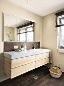 Waschtisch aus heller Wildeiche und eingelassener Spiegelschrank in elegantem Bad