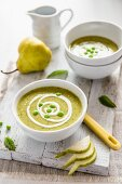 Pea soup with pears and mint