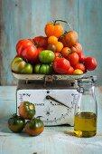 Verschiedene Tomaten auf Waage