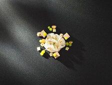 Vorspeise mit Foie Gras und Bircher Müsli auf schwarzem Untergrund