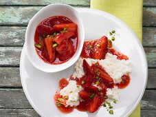 Erdbeerragout auf Milchreis mit gehackten Pistazien