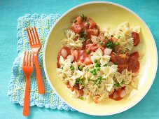 Farfalle with tomato sauce, peas and pearl onions