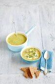 Zucchinicremesuppe mit Minze und Mandeln