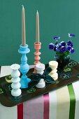 Gedrechselte Holzkerzenständer in Pastelltönen und Stiefmütterchen auf Vintage Tablett