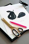 Signierter DIY-Scherenschnitt mit Birnenmotiven, Schere und pinkfarbenem Kugelschrieber