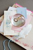DIY-Briefbeschwerer aus Kunstharz mit eingegossenem, nostalgischem Schlüssel auf Briefstapel
