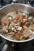 Marinierte Champignons in der Pfanne einkochen
