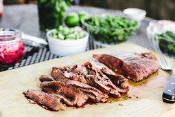 Gegrilltes Flank Steak in Scheiben geschnitten