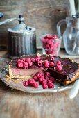 Schokoladentarte mit gebackener Schokoladenpuddingfüllung und Himbeeren