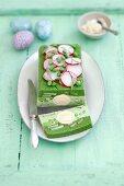 Spinat-Erbsen-Terrine mit Eiern und Radieschen zu Ostern