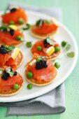 Blinis mit Räucherlachs, Kaviar und grünen Erbsen