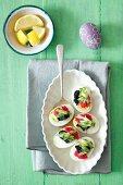 Eier mit Kaviar und Gurken für Ostern