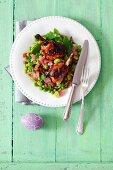 Hähnchenkeulen mit Schalotten, Saubohnen, Erbsen, Zuckerschoten und Rosinen zu Ostern