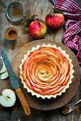 Ungebackene Apfel-Frangipane-Tarte in der Tartform (Aufsicht)
