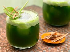 Melon and spinach juice with cinnamon