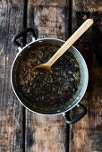 Trockenfrüchte-Butter-Mischung für Dinkel-Amaretto-Früchtekuchen im Kochtopf